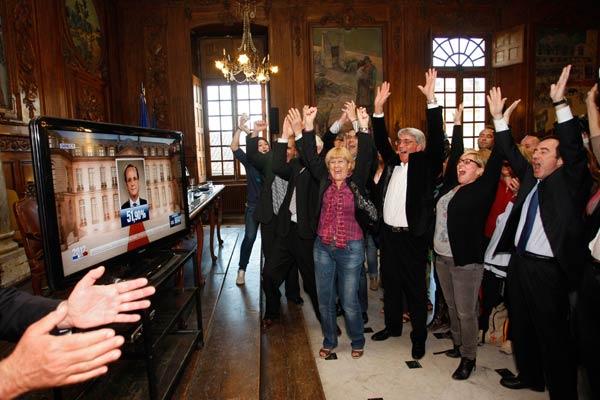 فرانسوا اولاند رییس جمهور جدید فرانسه و شادی هواداران او در سطح پاریس