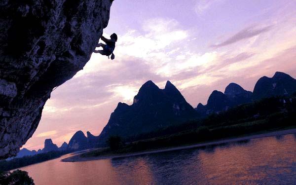 """صخره نوردی چینی به نام """"لیو یانگ بنگ"""" در حال بالا رفتن از کوهستان """"مون"""" در یانگشائو ، استان گوانگسی چین"""