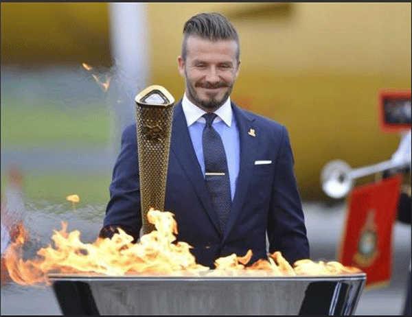 دیوید بکهام فوتبالیست بریتانیایی و سفیر رقابتهای المپیک لندن 2012 پس از روشن شدن مشعل المپیک ابراز شادمانی می کند