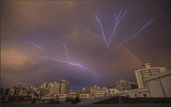 همراهی رنگین کمان و دو رگه از رعد برق در آسمان استان هاینان چین