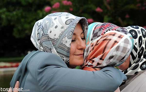 همسر عبدالله گل (چپ) در این مراسم خانواده های کشته شدگان و معلولان جنگی ترکیه را مورد تفقد قرارداد.