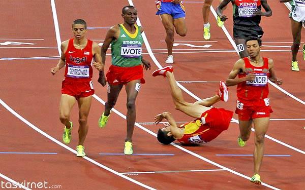 """صحنه دیگری از سقوط """"آلوارو رودریگز""""دونده اسپانیایی  در دور اول یک هزار و 50 متر سقوط کرد"""
