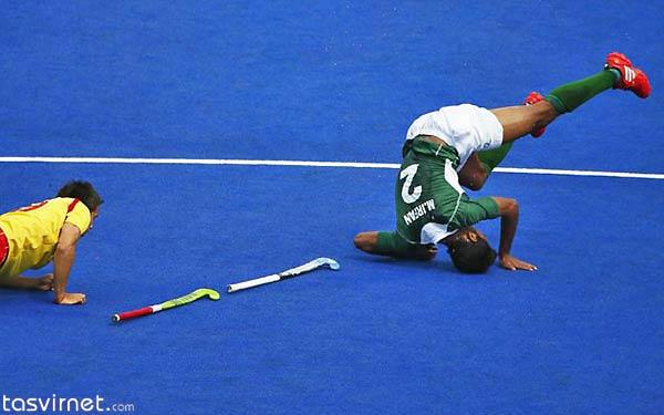 سقوط بازیکن پاکستانی در اثر برخورد با حریف اسپانیایی در جریان بازی هاکی