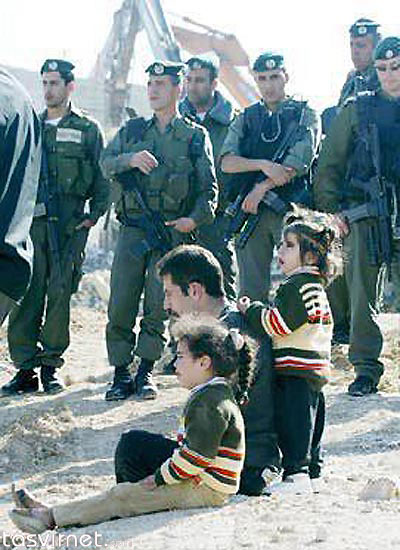 و مردی که به همراه کودکان خود نظاره گر تخریب خانه و دودمان خود از سوی قومی است که خود مدعی است چنین ظلمی بر او رفته است