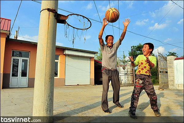 ژیآئو لیانگ (به معنی درخشش کوچک) کودک یتیمی ناقل ویروس HIV است که به تنهایی در مدرسهای ویژه در روستای بوآشان در شمال چین در استان لیائونینگ درس میخواند.