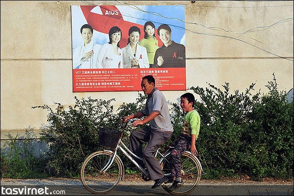 نگ لیجونگ برای اینکه هر روز به این مدرسه آمده و به تنها دانشآموزش درس بدهد، 20 کیلومتر را با دوچرخه طی میکند.