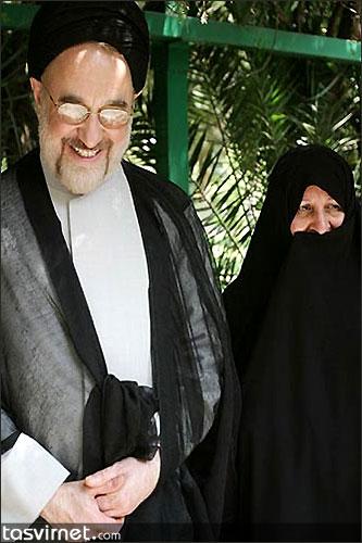 همسر خاتمی در کنارش. وی یکی از بی حاشیه ترین همسران مقام های ایران بود و در دوره اصلاحات هم از حضور در مجامع عمومی خود داری می کرد.