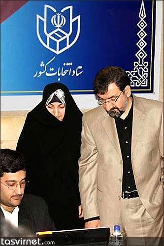 محسن رضایی در کنار همسرش. از زمانی که همراه داشتن همسران برای مردان قدرت در ایران مرسوم شد این ژنرال سابق نیز برای نشان دادن قدرت سیاسی خود با همسرش در هنگام رای دادن در پای صندوق ها حاضر شده است.