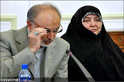 صالحی نیز همچون سلف خود متکی برای نخستین بار همسر خود را در هنگام استقبال از گروگانهای آزاد شده ایرانی در لیبی به همراه داشت تا فتح بابی برای ادامه حضور وی در عرصه سیاسی ایران باشد.