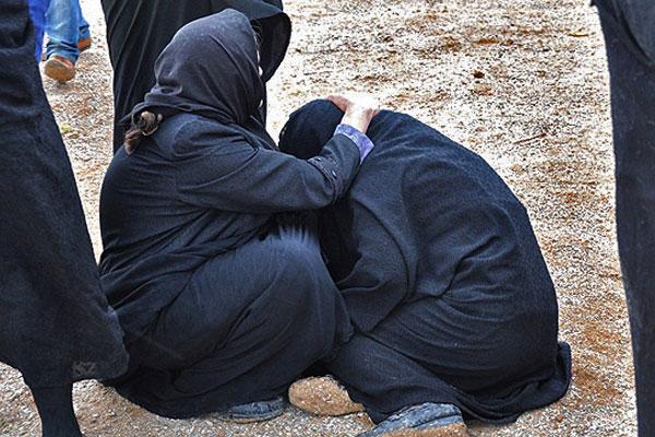 دوربین عکاس مهر صحنه غم انگیز فریادهای مادری را ثبت کرده است که فرزندش را در یک اردو از دست داده است ...