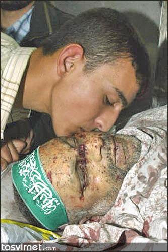 عبدالعزیز عبدالحفیظ رنتیسی پس از سال ها مجاهدت و مبارزه در حالی که تنها ۲۶ روز  پس از شیخ احمد یاسین رهبری حماس را بر عهده داشت، در شب شنبه ۱۷ آوریل ۲۰۰۴ (۲۸ فروردین ۸۳)، با  موشک هلفایر بالگردهای آپاچی ارتش اسرائیل به اتومبیلاش در شمال غزه، به همراه ۳ تن از همراهانش در سن ۵۷ سالگی به شهادت رسید.