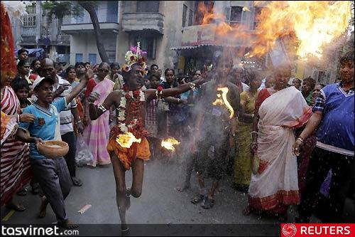 رقص مشعل یکی دیگر از مراسمات جشن گاجان (Gajan) است