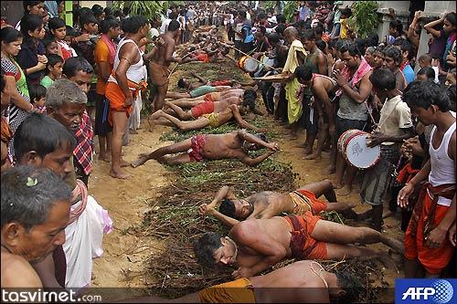 هندوها با غلطیدن بر روی بوته های خار روی زمین خود را به معبدی در منطقه Khurda  واقع در ایالت Odisha هند شرقی می رسانند