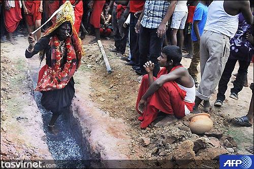 راه رفتن روی هیزم یا ذغال برافروخته از جمله ریاضت هایی است که پیروان هندو برای احترام به خداوندگار خود انجام می دهند