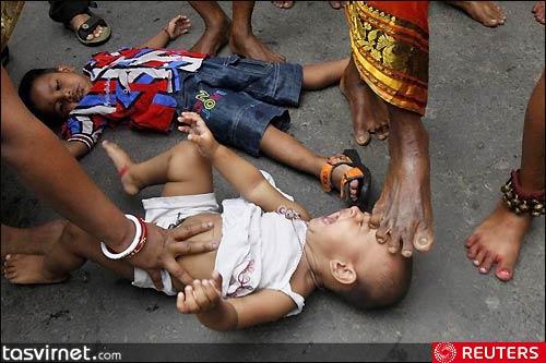 یکی از مراسمات این روز تبرک کودکان توسط مردان مقدس هستند. آنها پای خود را روی سر، صورت، قفسه سینه، شکم یا .... کودکان قرار می دهند