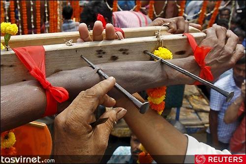 برخی با سوراخ کردن بدن بوسیله میخ های فلزی برای خدایان خود فداکاری می کنندروستای باتان شرق کلکته