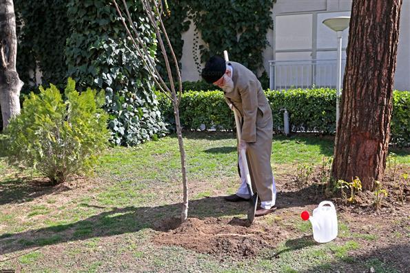 کاشت دو اصله نهال میوه توسط رهبر انقلاب اسلامی