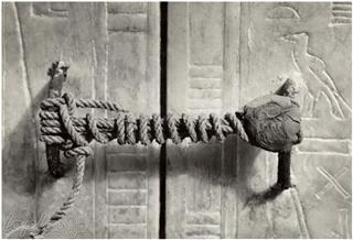 رویا محرابی , قفل باز نشده بر آرامگاه توتنخ آمون، 1922، (3245 سال دست نخورده)